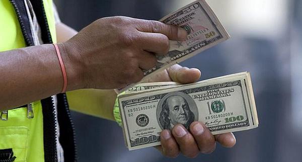 Dólar se mantiene a la baja, ¿es momento de comprar?