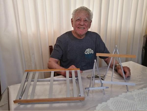 Ebert Tassara: emprendedor de 78 años fabricó porta celulares para hacer feliz a su esposa