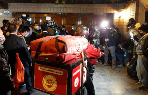 Pizzas llegan al local de Campanillas, antes del conteo rápido.